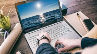 man-using-laptop-mockup-1000x750_GRU4E.jpg